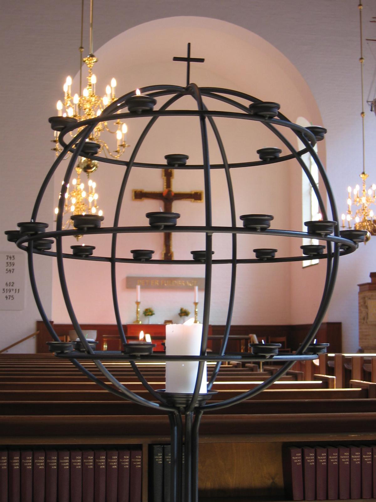 Lysglobe Absalons kirke © kvindesmedien