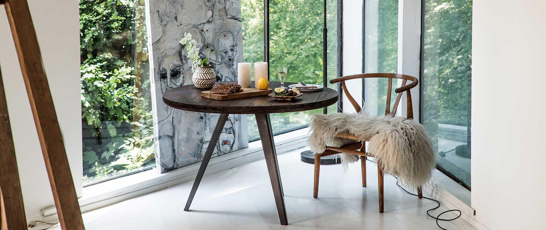 Rundt bord med træplade og 3 fod i jern fra kvindesmedien